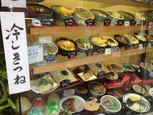 Escaparate de comida en restaurante japonés