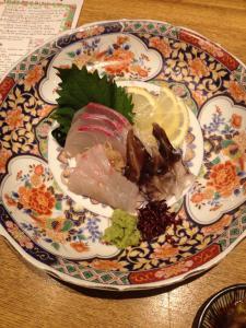 Plato de sashimi en una izakaya