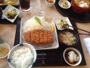 Tonkatsu o filete de cerdo empanado japonés