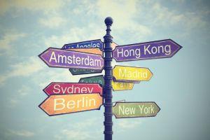 Indicación con flechas que señalan la dirección de diferentes ciudades del mundo.