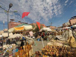 Plaza de las Especias en Marrakech, repleta de bullicio y color.