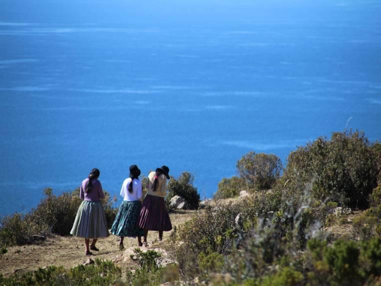 Mujeres indígenas de Challa (centro de la Isla del Sol) caminando por el sur de la isla.