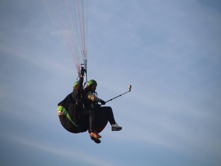Mi instructor y yo volando en parapente.
