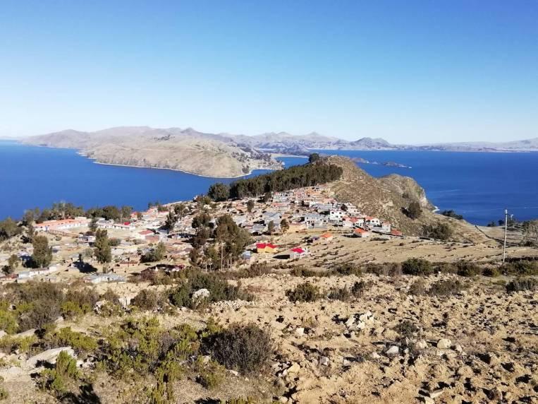 Vistas desde Yumani de la peculiar forma de la Isla del Sol.