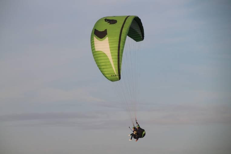 Volar en parapente te da una sensación de paz y tranquilidad.