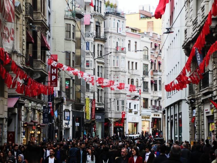 La avenida Istiklal mide casi tres kilómetros de longitud.