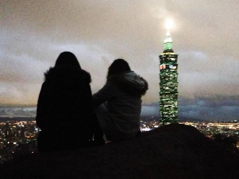 Anochecer desde el mirador Elephant Mountain, con el rascacielos 101 de fondo.