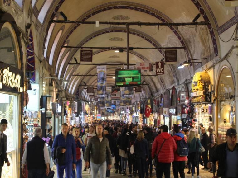 El Gran Bazar de Estambul es mucho menos caótico que los zocos de Marruecos.