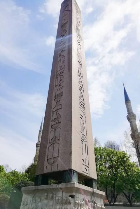 Obelisco egipcio en el antiguo hipódromo de Estambul. Tienes que ver en Estambul esta maravilla.