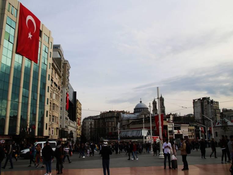 La Plaza Taksim me pareció menos acogedora que la de Sultanahmet. ¿A ti también?