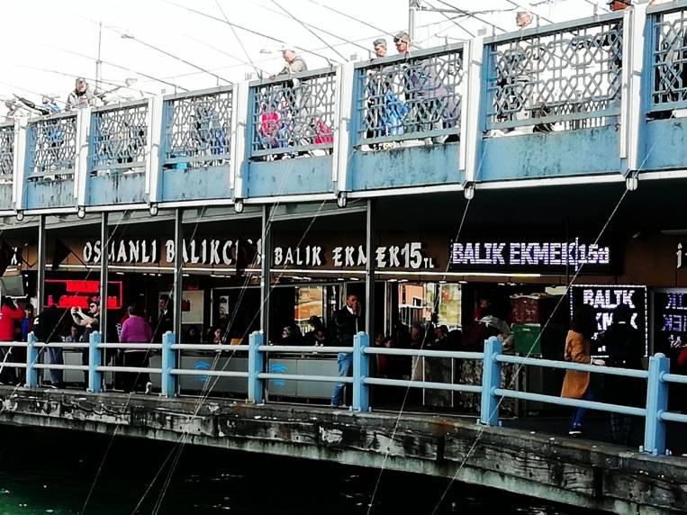 Tienes que ver en Estambul cómo pescan los pescadores en el Puente Gálata.