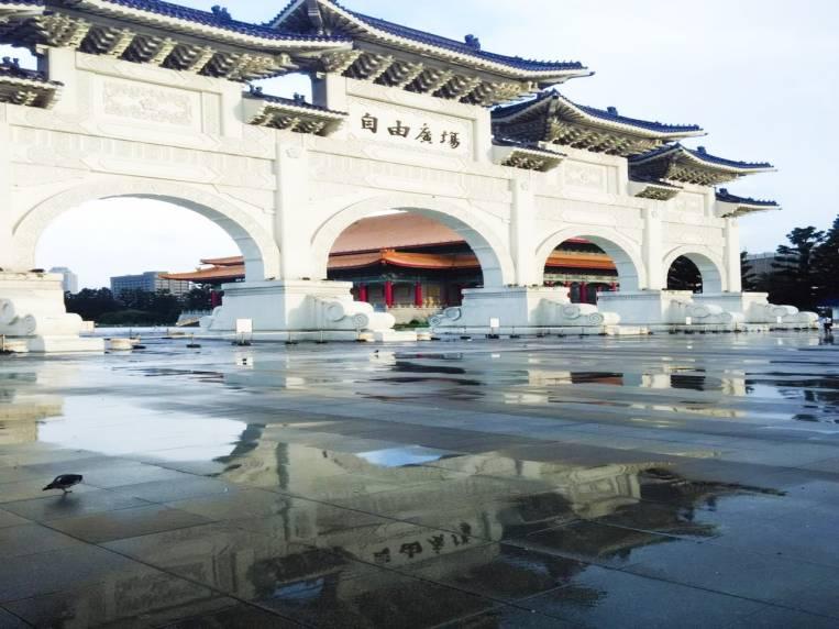 Puerta del Salón Conmemorativo de Chiang Kai-shek y el precioso reflejo después de llover.
