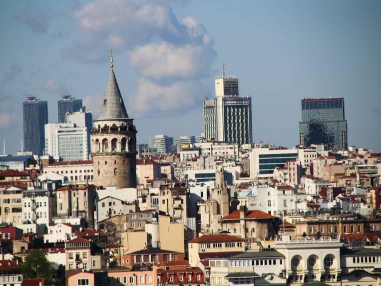 Puedes subir a la Torre Gálata para disfrutar de las vistas panorámicas de la ciudad.