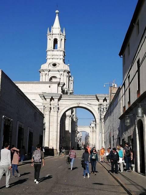 En tu escapada por Arequipa en tres días muy probablemente pases por la calle Mercaderes.