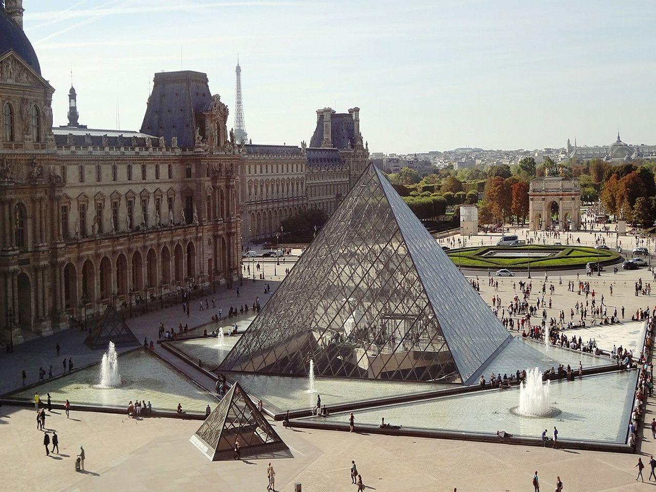 Museo del Louvre en París. Imagen de 139904 en Pixabay.