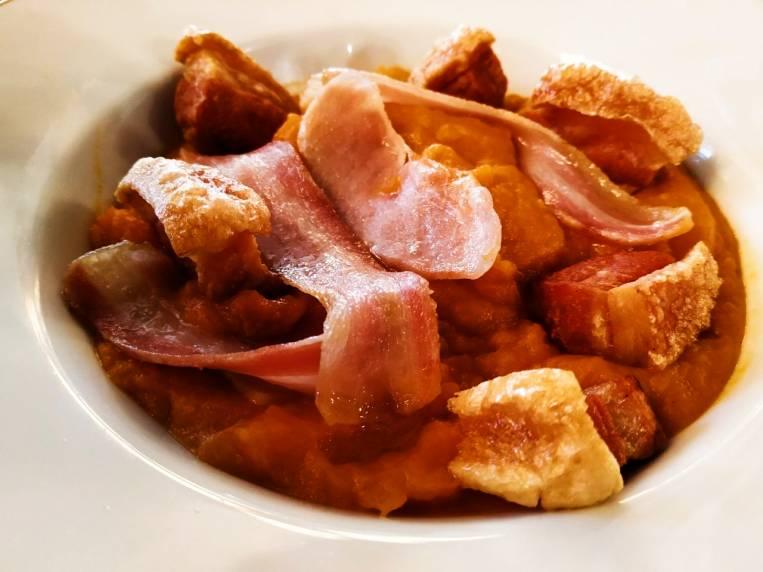 Las patatas revolconas es otro plato típico de Ávila que no te dejará indiferente.