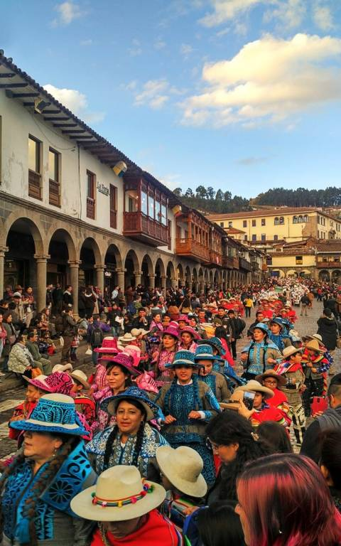 Justo antes de irme de Cuzco me sorprendió este desfile donde las mujeres vestían trajes típicos regionales.