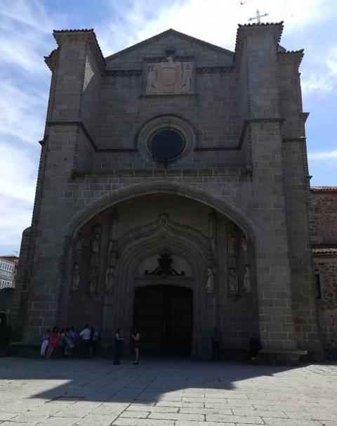 Si tienes tiempo, visita el Real Monasterio de Santo Tomás, un poco más alejado de la zona amurallada.