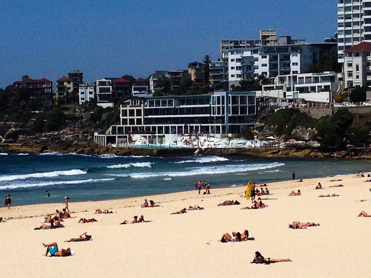Tienes que ver en Sídney su famosa playa Bondi Beach y bañarte en sus piscinas de agua salada.