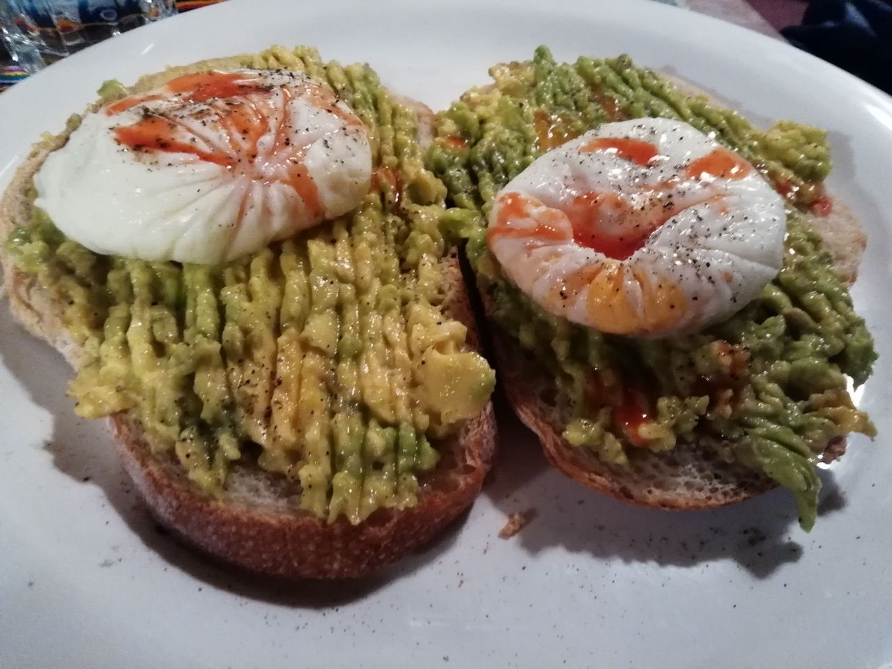 Tosta de aguacate con huevo escalfado de The Carrot Tree, La Paz.