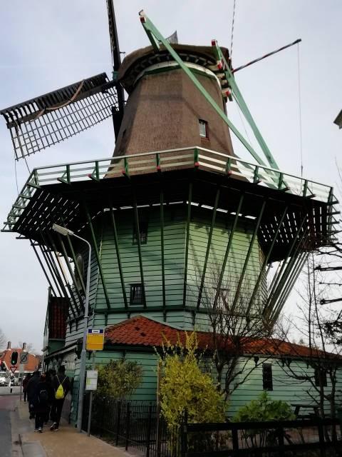 Primer plano de uno de los molinos de viento de Zaanse Schans.