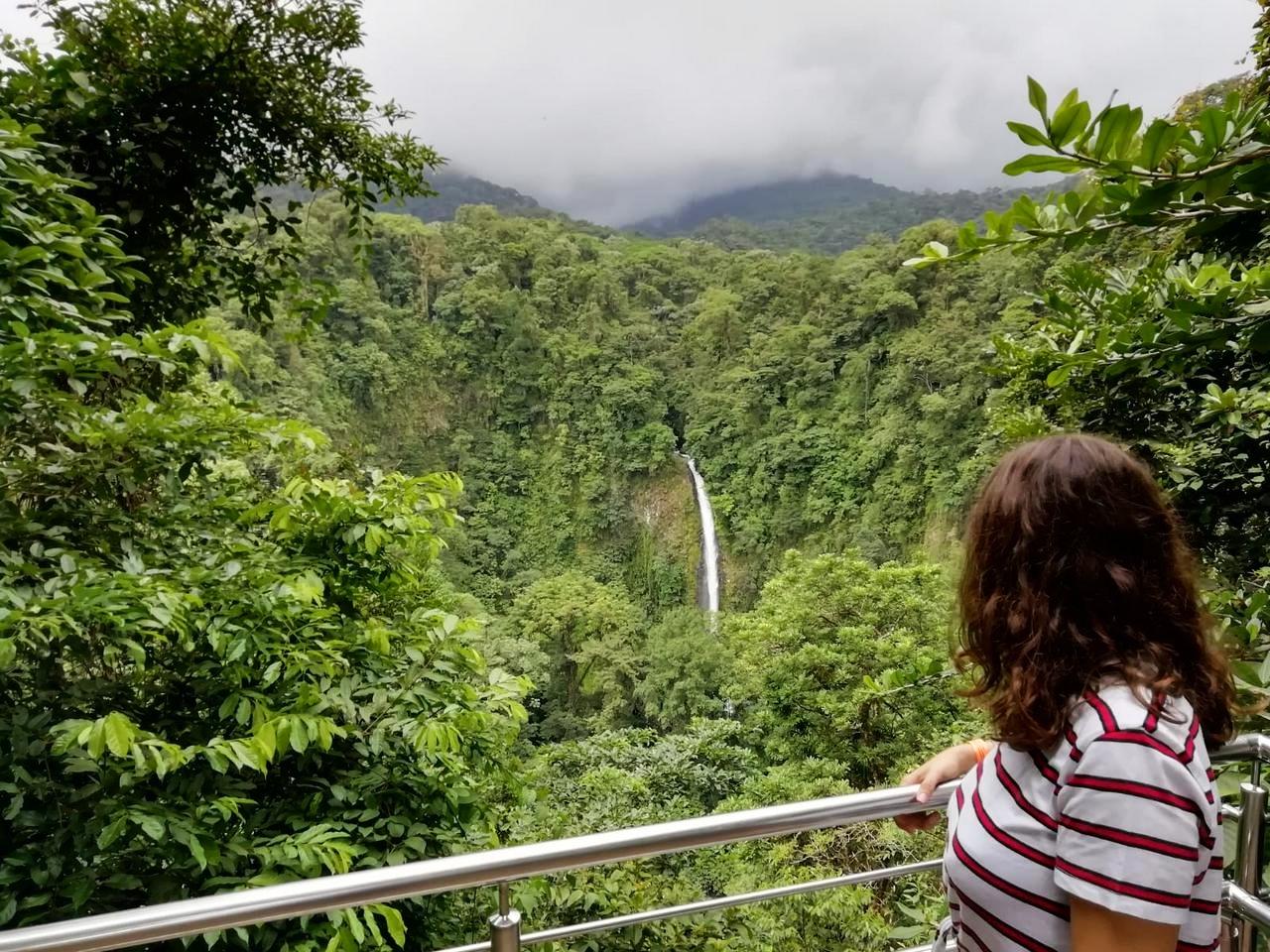 En el mirador desde donde se ve de lejos la Catarata La Fortuna.