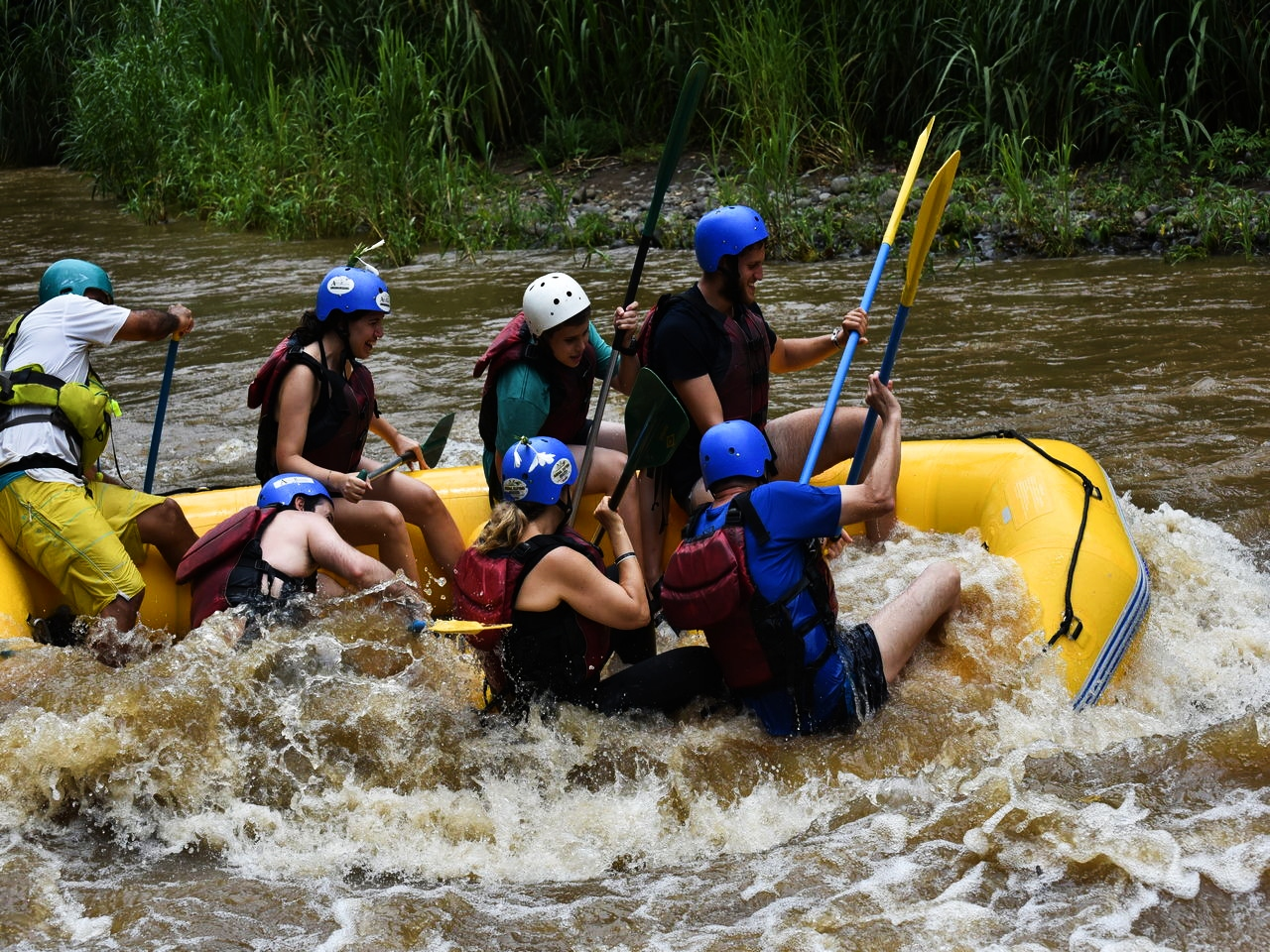 ¡Ay, que volcamos! Pura adrenalina haciendo rafting en Arenal.
