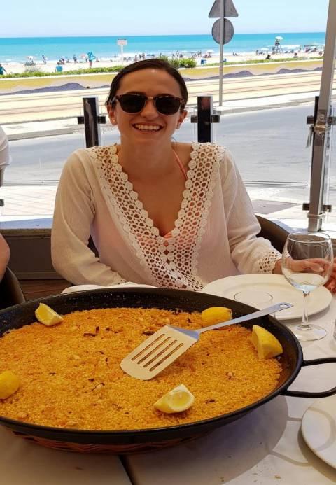 Blanca disfrutando de la gastronomía española en Alicante.
