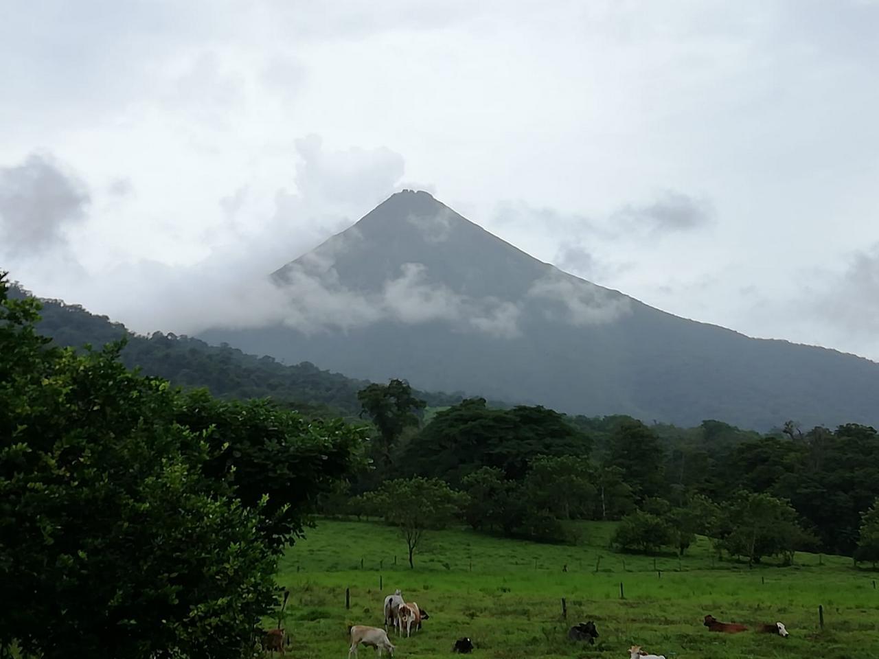 No es de extrañar que veas el Volcán Arenal con nubes a su alrededor.