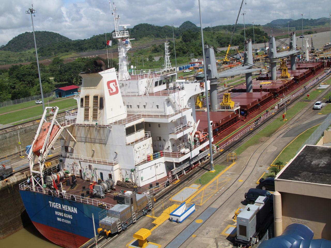 Esclusas de Miraflores abiertas para el paso de un gran buque chino.