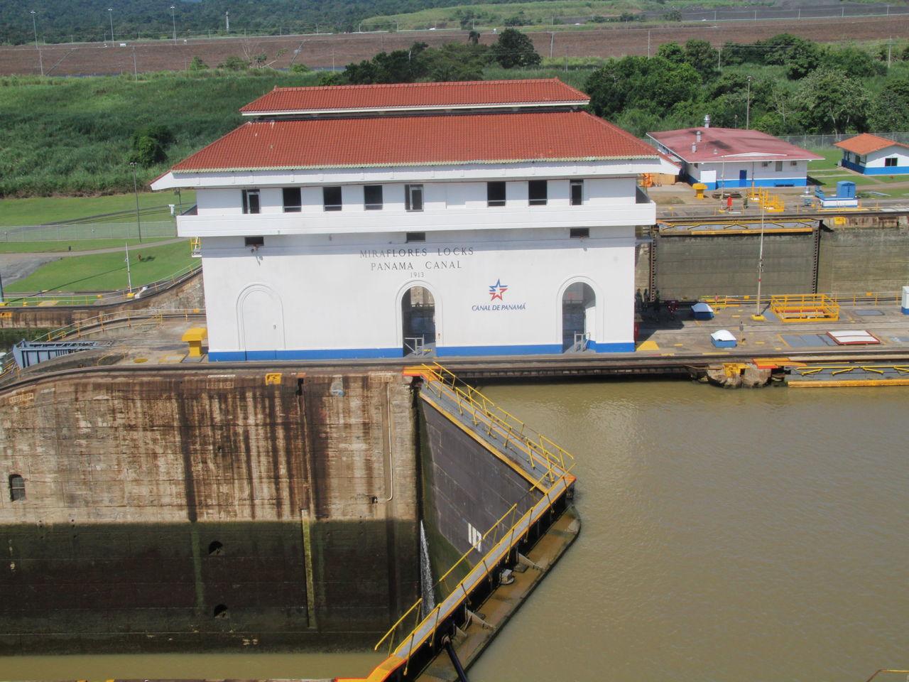 Cómo funciona el Canal de Panamá: paso 1 con las esclusas cerradas.