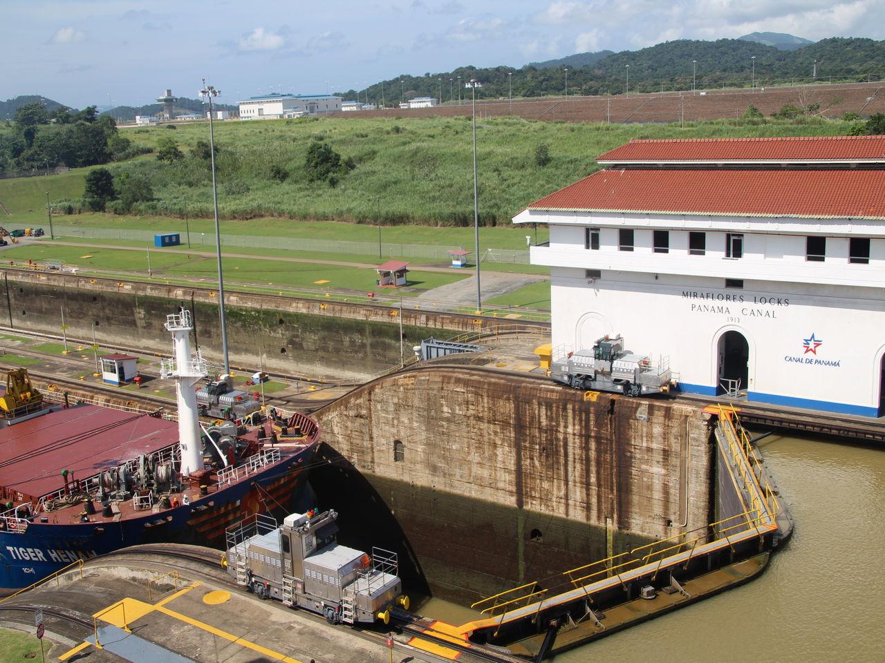 Cómo funciona el Canal de Panamá: buque esperando a que se abra una de las Esclusas de Miraflores.