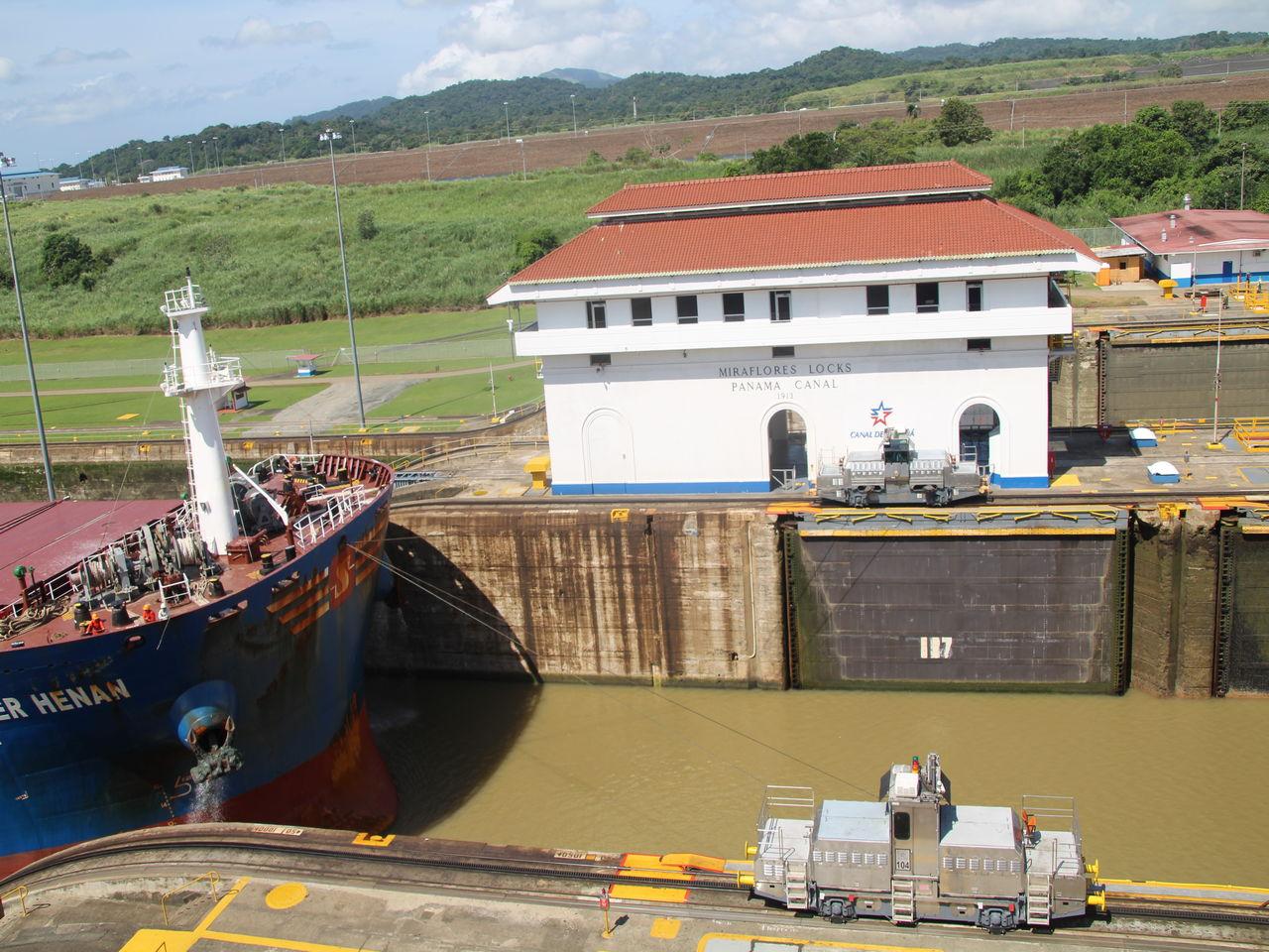 Cómo funciona el Canal de Panamá: una vez está equilibrado el nivel del agua, la compuerta se abre.