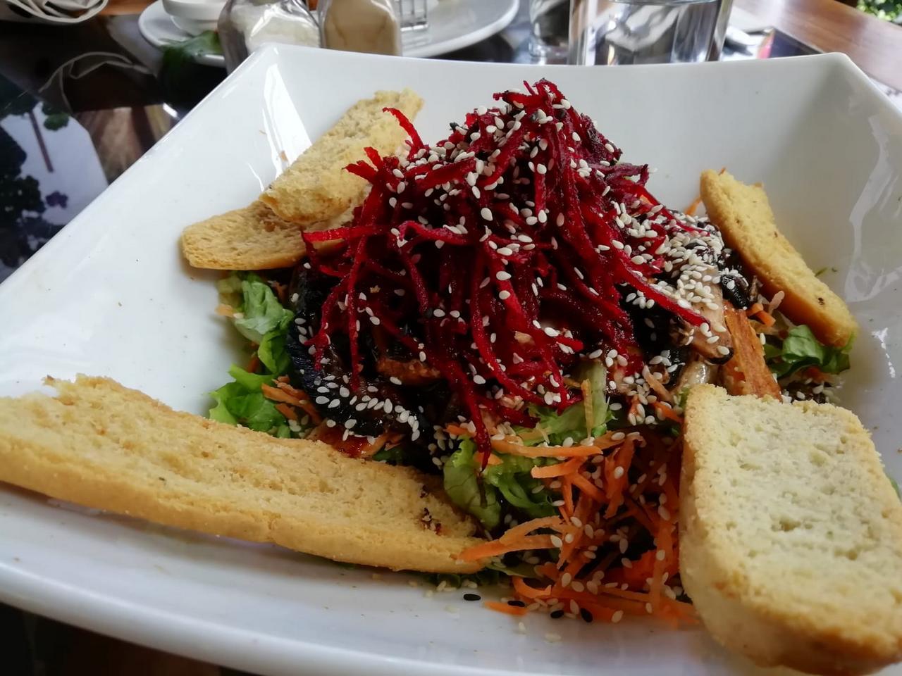 La ensalada thai no es muy tica, pero está para chuparse los dedos.