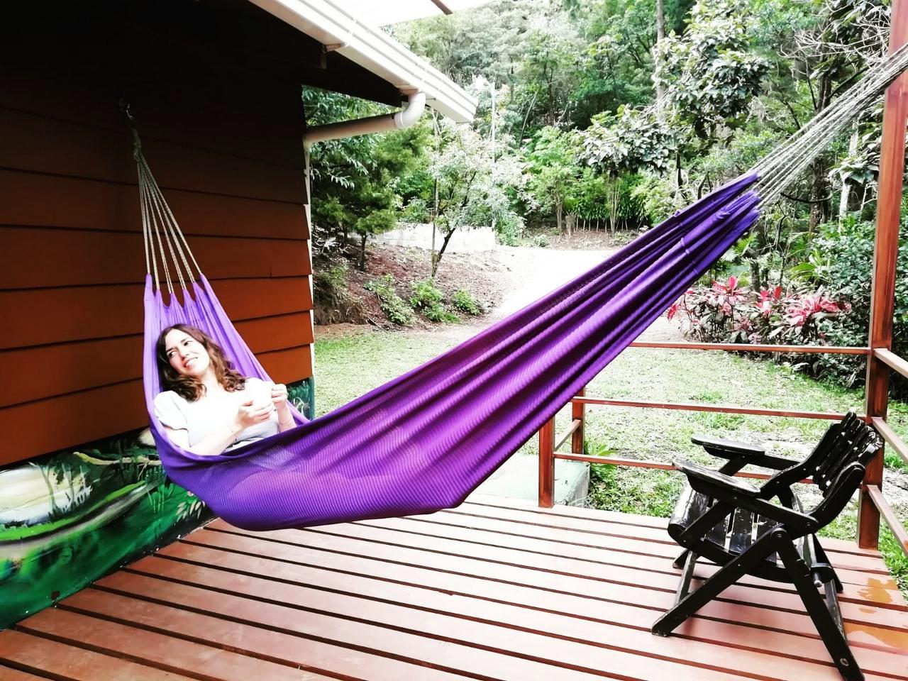 Descansando en la cabaña de madera de Los Pinos, en Monteverde.