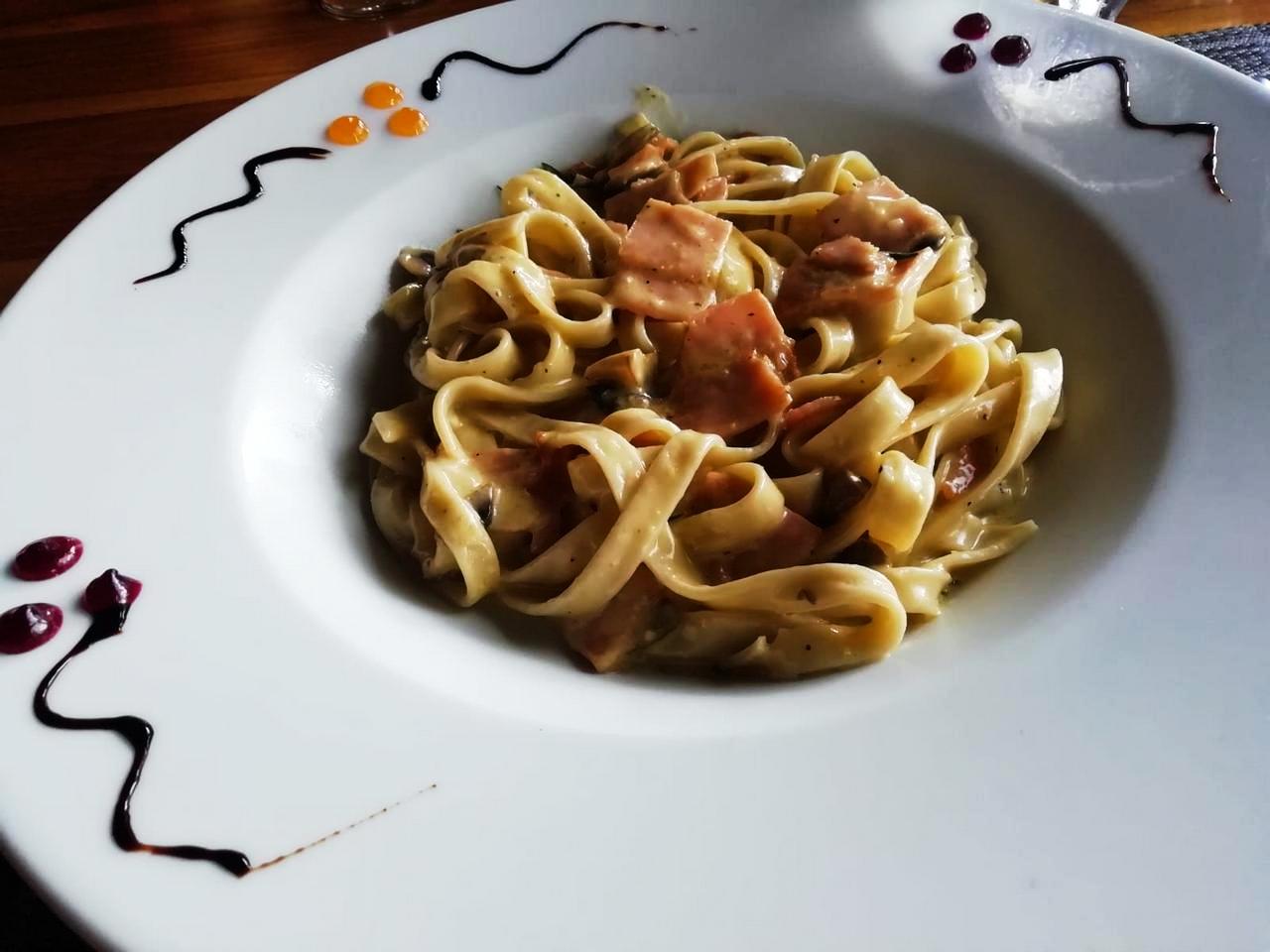 Fetuccini con bacon y champiñones del Café Mediterráneo.