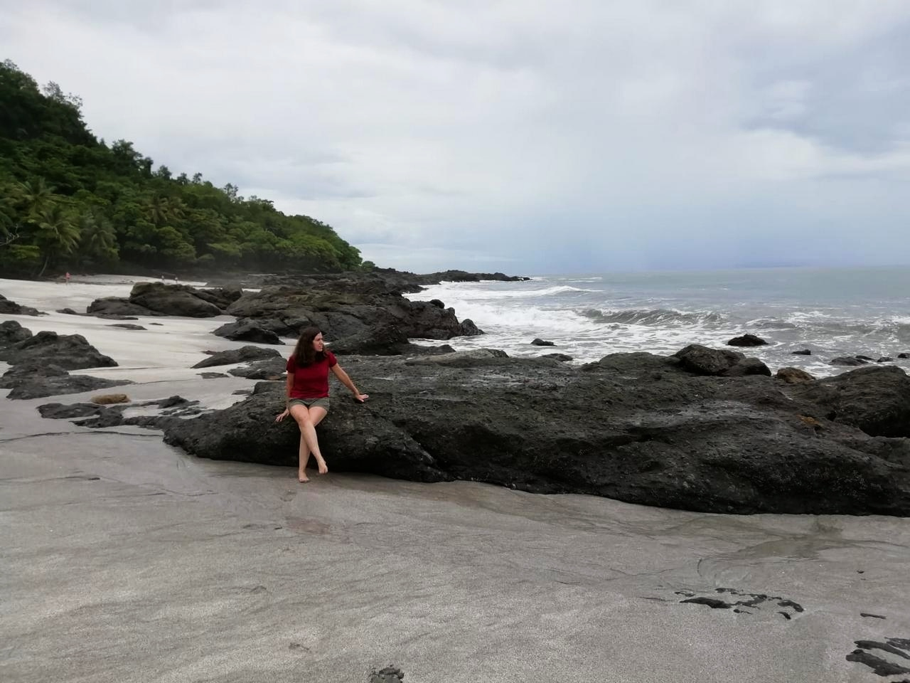 Otra vista de Playa Grande, Montezuma, rodeada de vegetación.