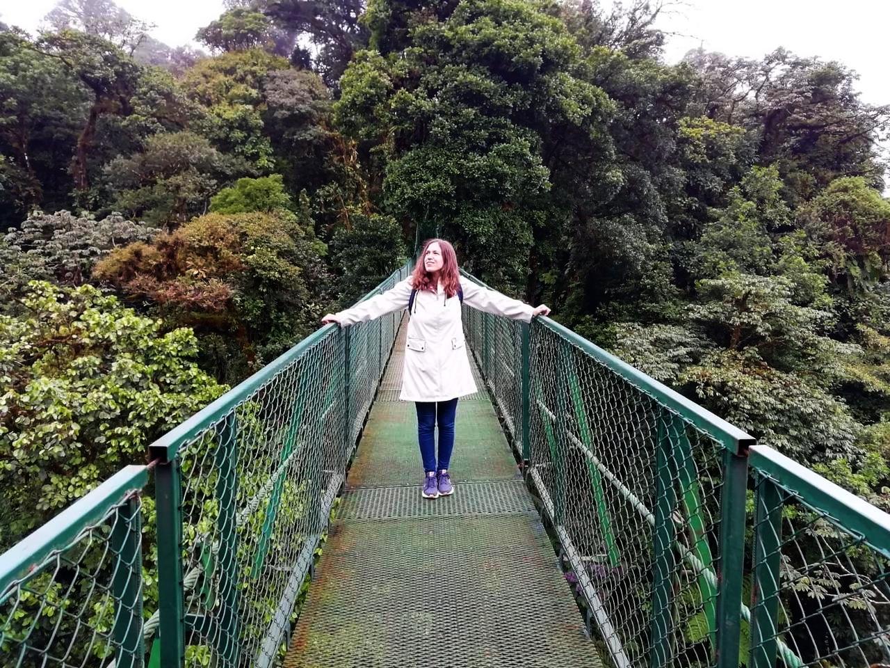 Cruzando los puentes colgantes a la altura de las copas de los árboles.