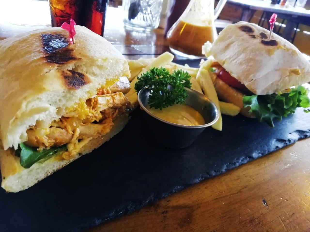 Sándwich de pollo muy contundente y sabroso.