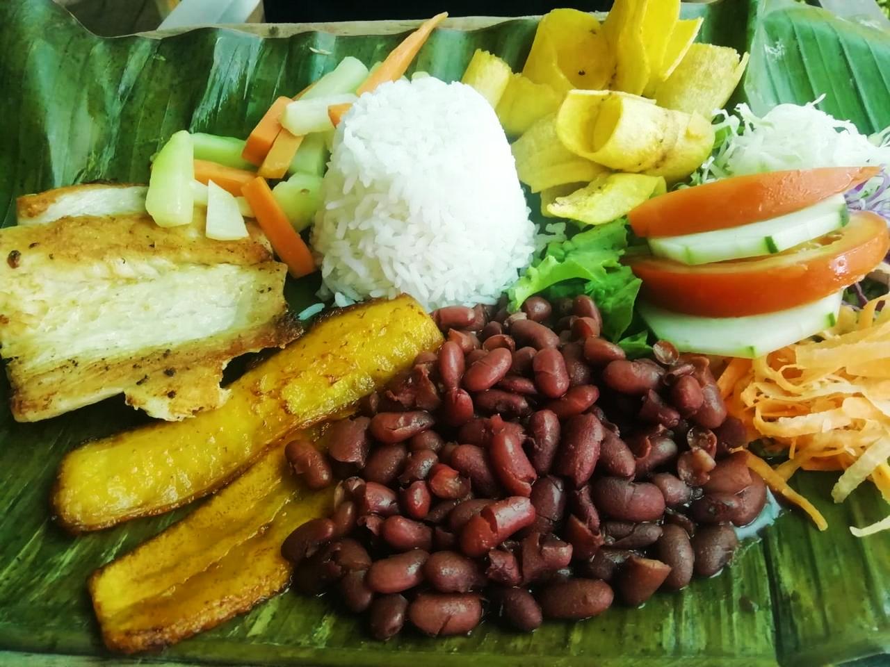 Un imprescindible en Montezuma es comer en la Soda Típica Las Palmeras.