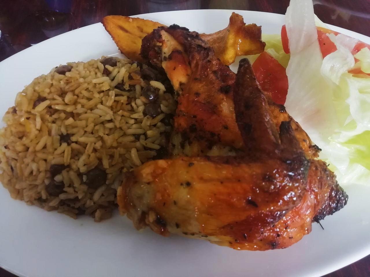 Arroz con guandu y pollo del restaurante café Coca-Cola, en el casco antiguo de Panama City.