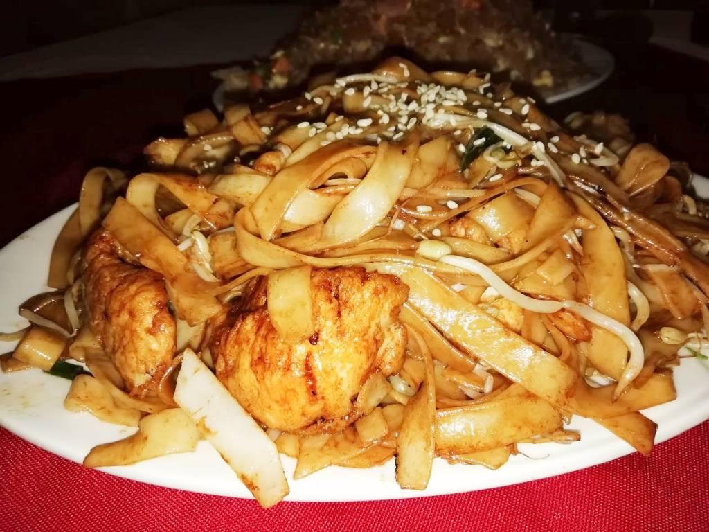 Restaurantes de Ciudad de Panamá: noodles con pollo de Lung Fung.