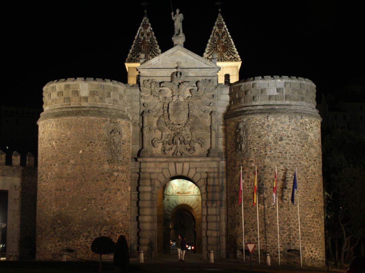 En tu escapada por Toledo en 2 días verás esta Puerta de bisagra.
