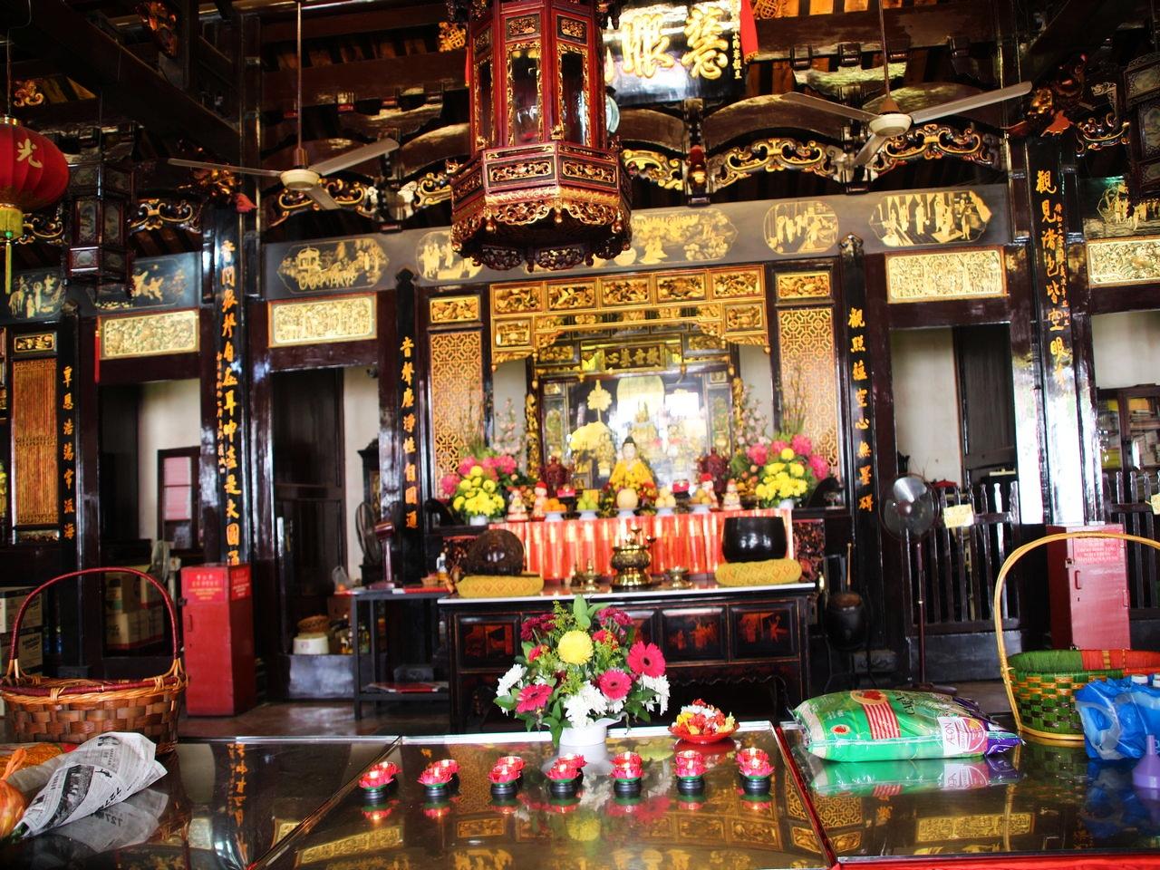 Interior del templo Cheng Hoon Teng con la mesa de ofrendas.