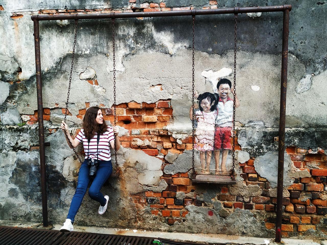 Arte urbano en George Town, con el famoso mural de los niños en el columpio.