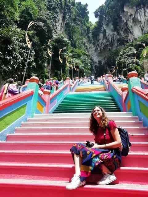 Cómo llegar a Batu Caves desde Kuala Lumpur: escaleras de colores