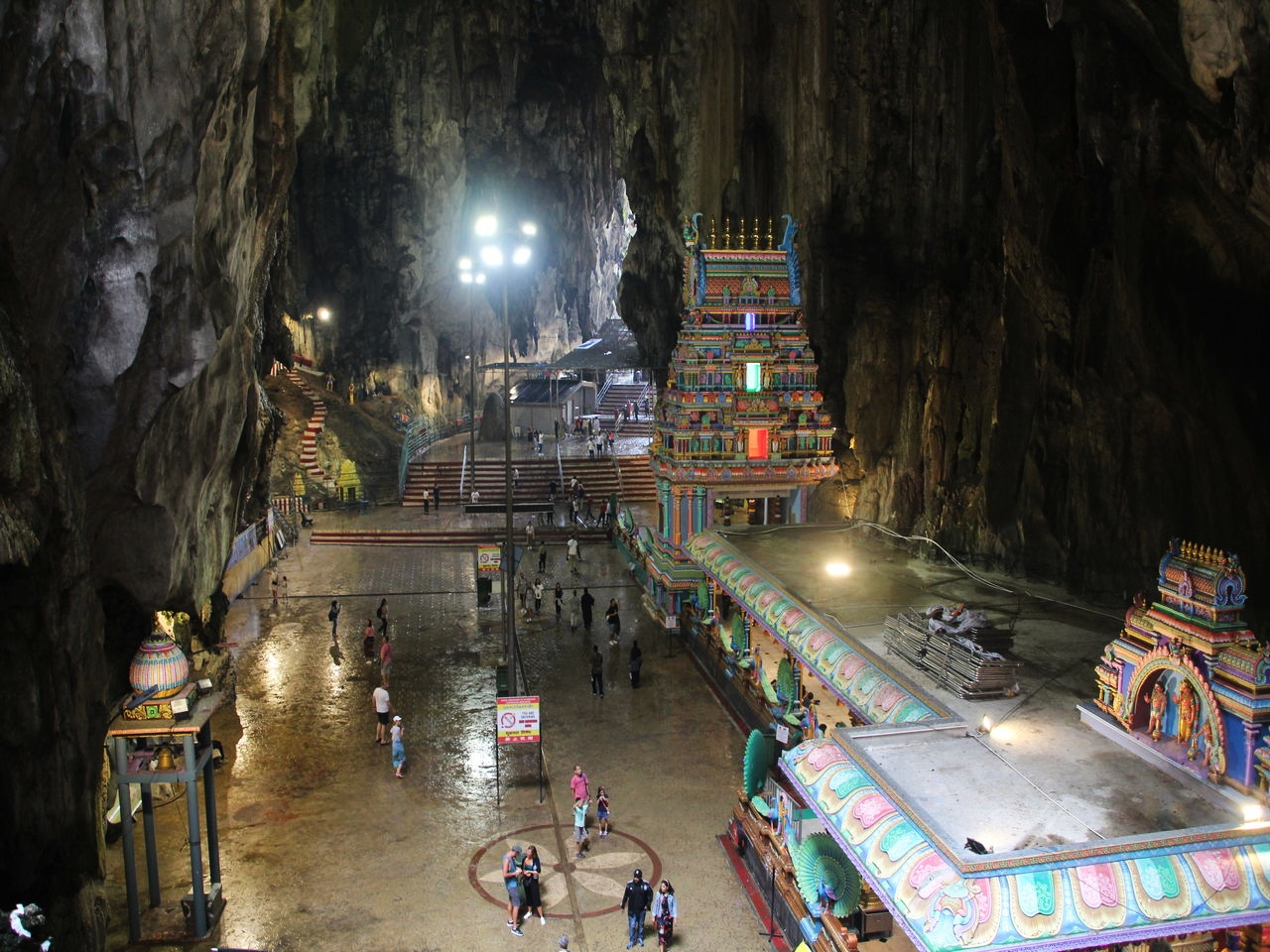 En el interior de las Cuevas de Batu se nota mucho la humedad.
