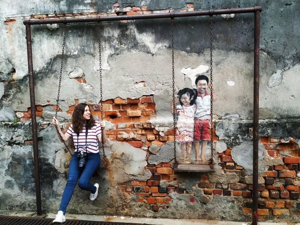 Arte urbano en George Town, Penang: niños en el columpio.