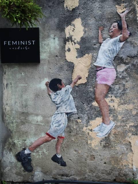 Street Art en Penang: mural de dos niños jugando al baloncesto.