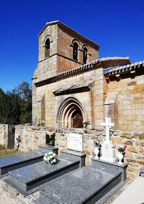 La iglesia de Santa Juliana de Corvio tiene una torre campanario en lugar de una espadaña.